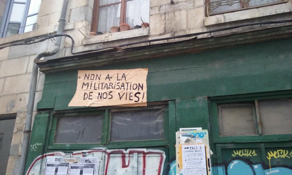 non a la militarisation de nos vies, collage, besancon 2015 (1)